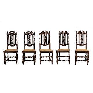 Lote de 5 sillas. Francia. Siglo XX. Estilo Enrique II. En talla de madera de roble. Con respaldos semiabiertos y asientos de bejuco.
