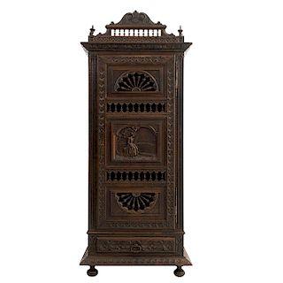 Alacena. Francia. Siglo XX. Estilo Bretón. En talla de madera de roble. Con puerta abatible y cajón. 180 x 74 x 45 cm.