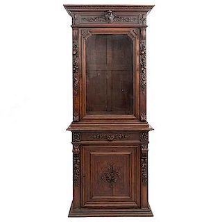Vitrina. Francia. SXX. Estilo Enrique II. En talla de madera de roble. A 2 cuerpos. Con cajón y 2 puertas abatibles. 234 x 96 x 46 cm.