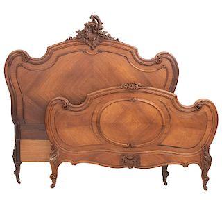 Cama matrimonial. Francia. Siglo XX. Estilo Luis XV. En talla de madera de roble. Con cabecera, piecera y 2 largueros.
