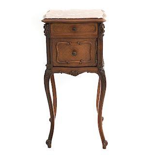 Mesa de noche. Francia. Siglo XX. Estilo Luis XV. En talla de madera de roble. Con cubierta rectangular de mármol. 84 x 39 x 38 cm.