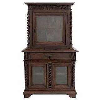 Vitrina. Francia. SXX. Estilo Enrique II. En talla de madera de roble. Con cajón, 3 puertas con cristal y entrapaños. 183 x 108 x 59 cm