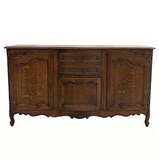 Trinchador. Francia. SXX. Estilo Luis XV. En madera de roble. Con cubierta irregular, 2 cajones y 3 puertas. 100 x 180 x 55 cm.