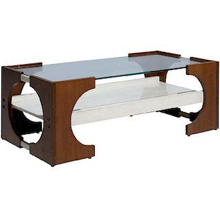 Mesa de centro. Italia. Años 40. Estructura de madera. A 2 niveles. Diseño rectangular. Con cubierta superior de vidrio.