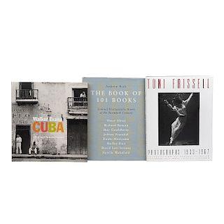 LOTE DE LIBROS SOBRE FOTOGRAFÍA. a) The Book of 101 Books. Seminal Photographic Books of the Twentieth Century. b) Toni Frissell. Pzs:3