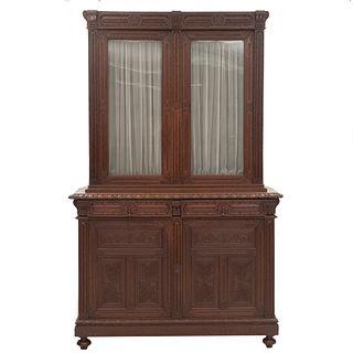 Vitrina. Francia. SXX. Estilo Enrique II. En madera de roble. Con 2 cajones y 4 puertas, 2 con critslta y cortinas. 240 x 150 x 50 cm.