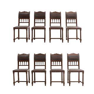 Lote de 8 sillas. Francia. Siglo XX. Estilo Enrique II. En talla de madera de roble. Con respaldos semiabiertos y asientos tipo piel.
