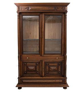 Librero. Francia. Siglo XX. En talla de madera de roble. 2 puertas con cristal y soportes tipo bollo. Decorado con molduras.
