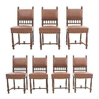 Lote de 7 sillas. Francia. Siglo XX. Estilo Enrique II. En talla de madera de nogal. Con respaldos semiabiertos y asientos en tipo piel