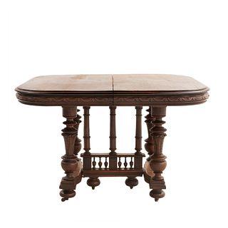 Mesa. Francia. Siglo XX. Estilo Enrique II. En talla de madera de nogal. Con sistema de extensiones. 72 x 104 x 113 cm.