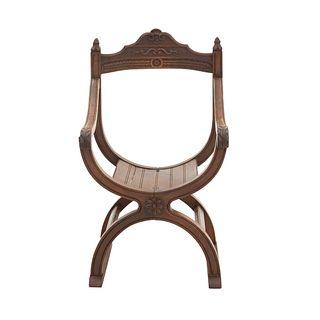 Curul. Francia. Siglo XX. En talla de madera de nogal. Con respaldo semiabierto, fustes curvos y soportes semicurvos.