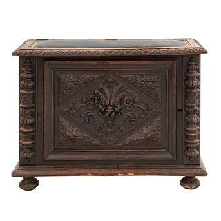 Baúl. Francia. Siglo XX. En talla de madera de roble. Cubierta abatible con aplicación tipo piel color marrón. 72 x 98 x 40 cm.