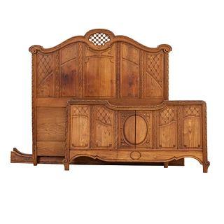 Cama matrimonial. Francia. Siglo XX. En talla de madera de roble. Con cabecera, picera, largueros y soports tipo cabriolé.