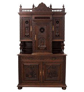 Buffet. Francia. Siglo XX. Estilo Bretón. En talla de madera de roble. A 2 cuerpos, 3 puertas superiores, cajones.