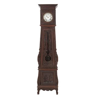 Reloj Grandfather. Francia. Siglo XX. Estilo Bretón. En talla de madera de roble. Mecanismo de cuerda y péndulo. 224 x 53 x 36 cm.