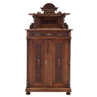 Credenza. Francia. Siglo XX. En talla de madera de nogal. Con entrepaño superior, 2 cajones y 2 puertas. 190 x 97 x 45 cm.
