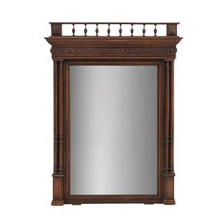 Espejo. Francia. Siglo XX. Estilo Enrique II. En talla de madera de roble. Con luna recntagular biselada. 127 x 87 x 9 cm.
