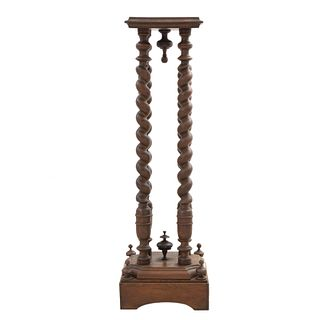 Pedestal. Francia. Siglo XX. En talla de madera de nogal. Con cubierta cuadrangular y fustes entorchados. 106 x 33 x 33 cm.