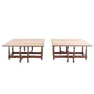 Par de mesas. SXX. En madera. Con cubiertas rectangulares y extensiones laterales con aplicaciones tipo piel color marrón. 45 x 98 x 98