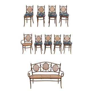 Sala. Checoslovaquia. Siglo XX. Estilo austriaco. En talla de madera. Marca Fischel. Consta de: sillón, banca y 8 sillas.