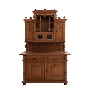 Buffet. SXX. En madera. A 2 cuerpos. Con vano central, extensión, 2 cajones y 6 puertas abatibles, 2 con vidrio. 230 x 151 x 66 cm.