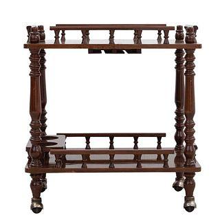 Carrito de servicio. Siglo XX. En talla de madera. A 2 niveles. Con cubiertas rectangulares y portabotellas para dos. 70 x 64 x 41 cm.