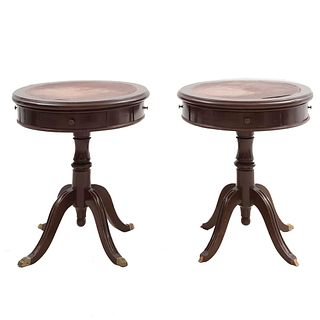 Par de mesas laterales. Siglo XX. En talla de madera. Con cubiertas circulares con aplicaciones tipo piel y 4 cajones. 69 x 59 cm. Ø
