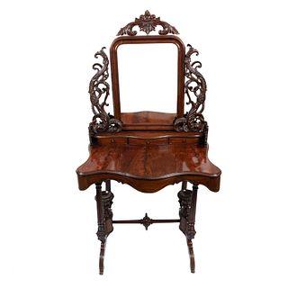 Coqueta-tocador. Siglo XX. Estilo Victoriano. Elaborada en madera tallada. Con cubierta irregular, fustes estriados y soportes curvos.