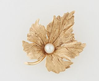 14K Yellow Gold Leaf Brooch, 20th c., the center with a 6 mm round cultured pearl, H.- 1 1/4 in., W.- 1 5/8 in., D.- 1/2 in. Wt.- .2...