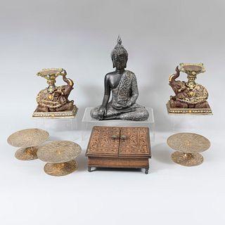 Lote de 7 artículos decorativos. Origen Oriental. Siglo XX. En talla de madera y resina. Algunos decorados con elementos orgánicos