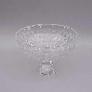 Centro de mesa. Estados Unidos, Siglo XX. Elaborado en cristal Fitz and Floyd. Decorado con facetado geométricos. Diseño circular.