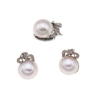 Juego de anillo y par de aretes con 3 medias perlas y diamantes en plata paladio. 3 medias perlas cultivadas color gris de 18 mm.