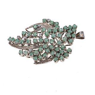 Pendiente con esmeraldas en plata. 57 esmeraldas corte redondo. 6 diamantes corte 8 x 8. Peso: 10.2 g.