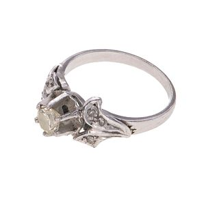 Anillo con diamante en oro blanco de 12k. 1 diamante corte brillante de 0.35ct. Talla: 5 1/2. Peso: 2.8 g.