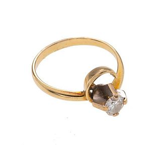 Anillo con diamante en oro amarillo de 14. 1 diamante corte brillante de 0.35 ct. Talla: 6 1/2. Peso: 2.9 g.