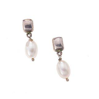 Par de broqueles con perlas en plata .025. 2 perlas ovaladas. Peso: 4.8 g.
