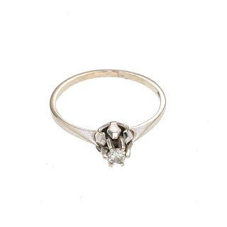 Anillo con diamante en oro blanco de 14k. 1 diamante diamante corte brillante 0.15ct. Talla: 6. Peso: 1.7 g.