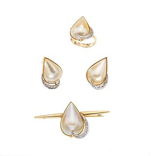 Prendedor, anillo y par de aretes con tres medias perlas y diamantes en oro amarillo de 14k. 3 medias perlas cultivadas. Peso: 18.0