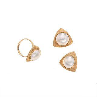 Anillo y par de aretes con 3 medias perlas en oro amarillo de 12k. 3 medias perlas cultivadas color crema de 3 mm. Talla: 6
