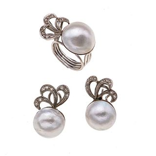 Anillo y par de aretes con medias perlas y diamantes en plata paladio. 3 medias perlas cultivadas de 13 y 15 mm. 24 diamantes. Talla 5