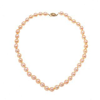 Gargantilla con perlas cultivadas y broche metal base dorado. 42 perlas cultivadas color crema de 6 mm. Peso: 27.7 g.