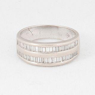 Media churumbela con diamantes en oro blanco de 16k. 36 diamantes corte baguette. Talla: 5. Peso: 4.9 g.
