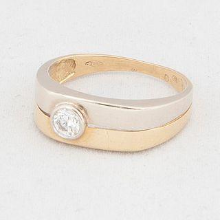 Anillo con un diamante en oro amarillo de 18k. 1 diamante corte brillante 0.25ct. Talla: 8. Peso: 4.1 g.