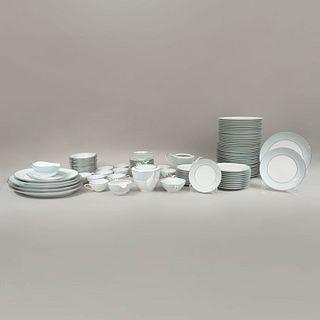 Servicio abierto de vajilla. Japón. Siglo XX. Elaboradas en porcelana Noritake. Modelo Laureate. No. Serie 5651. Consta...