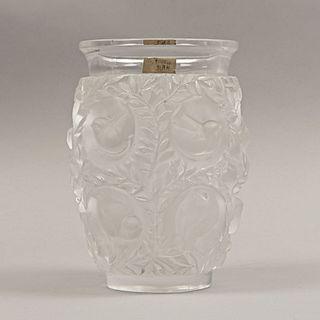 Florero. Francia, siglo XX. Elaborado en cristal opaco Lalique. Decorado con motivos florales y zoomorfos a manera de ave.