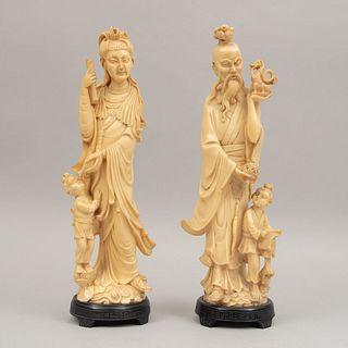 Pareja de sabios. Origen oriental. Siglo XX. Elaborados en resina. Con bases. Presentan marcas, manchas y desgaste. 38 c...