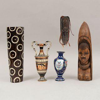 Lote mixto de 5 piezas. Egipto, Kenia e Irán. SXX. Diferentes diseños y materiales. Consta de: florero, 2 violeteros, otros.
