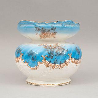 Jarrón. Siglo XX. Elaborado en cerámica. Decorado con esmalte dorado, elementos florales, vegetales y orgánicos. 20 cm Ø