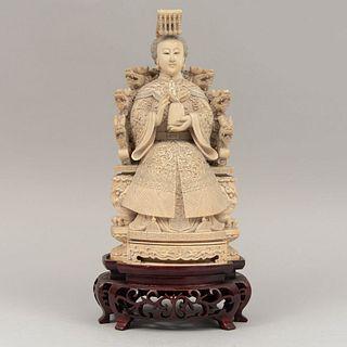 Dama imperial. Origen oriental. S XX. En marfil con base de madera calada.  Con elementos vegetales y zoomorfos. 25 x 13 x 13 cm.