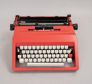 Máquina de escribir. Italia. Siglo XX. Modelo Studio 45 L. Elaborada en sintético, color rojo. Mecanismo manual. 12 x 30 cm.